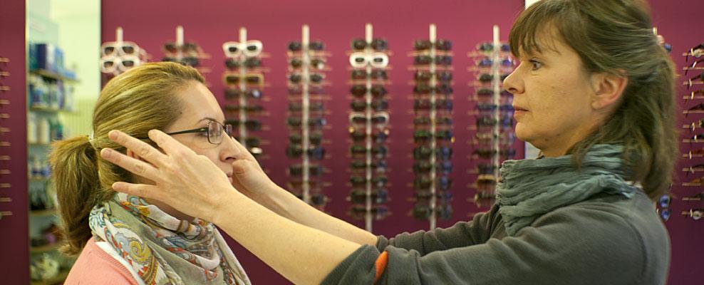 Beratung beim Kauf einer Brille beim Optiker in Berlin-Mitte