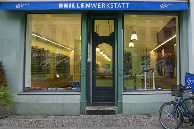 Brillen-Geschäft mit Fensterfront und Eingang
