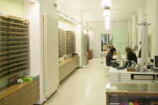 Optiker-Beratung im Brillengeschäft in Kreuzberg
