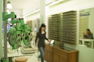 Gerät zur Augenkontrolle und Optikerin