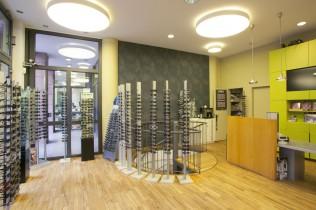 Brillengeschäft in Berlin-Mitte mit Tresen und Brillen