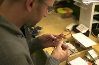 Optiker misst Brille aus
