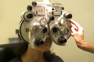 Augentest im Optiker-Fachgeschäft