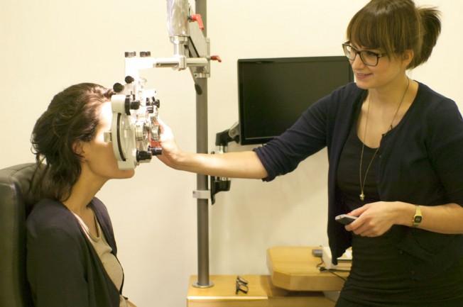 Freundliche Beratung im Optiker-Fachgeschäft