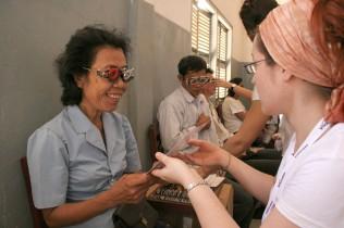 Augenuntersuchung in Kambodscha