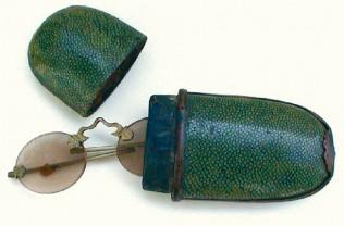 Schläfenbrille und Etui, vermutlich aus China