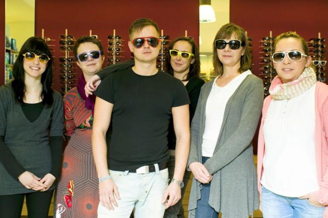 Augenoptiker-Mitarbeiter mit Sonnenbrillen