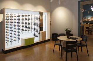 Regal mit Sonnenbrillen bei Maske by Brillenwerkstatt